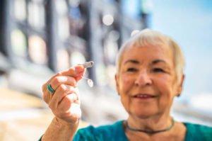 Hörakustiker-Hörsysteme richtig zu Hause pflegen