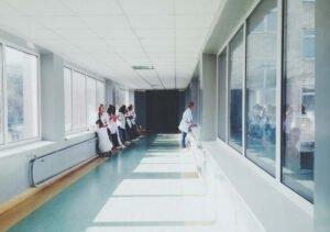 Corona-Impfungen an Krankenhäuser starten